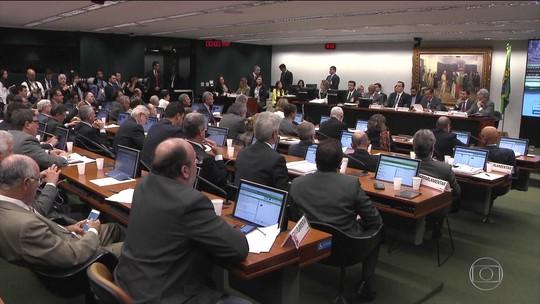 Câmara abre sessão na madrugada e permite à CCJ discutir denúncia de Temer