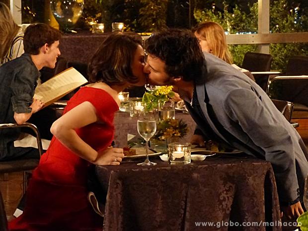 Martin e Micaela curtem noite romântica juntos no restaurante (Foto: Malhação / TV Globo)