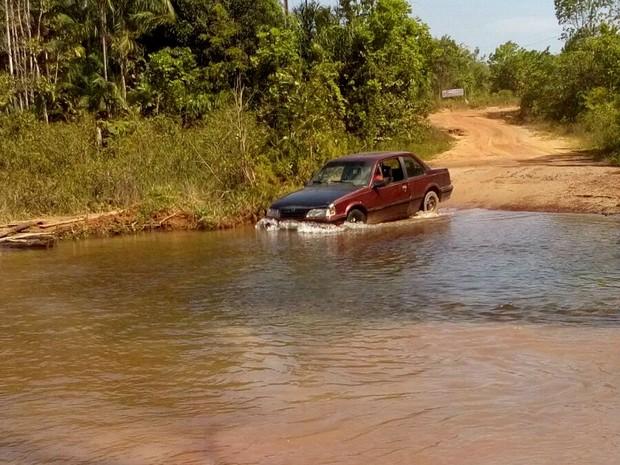 Buracos em rodovia se transformam em poças de água com a chegada das chuvas (Foto: Telma de Souza / Arquivo Pessoal)