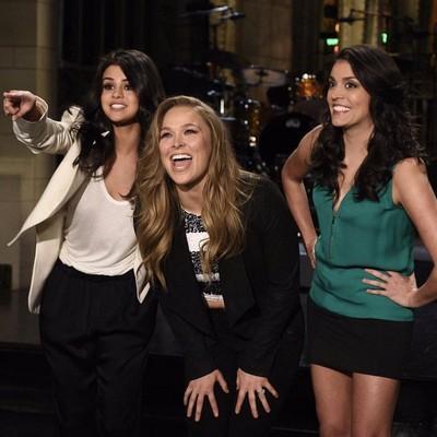 Ronda Rousey; Selena Gomez; Cecily Strong; Saturday Night Live Show (Foto: Reprodução / Twitter)