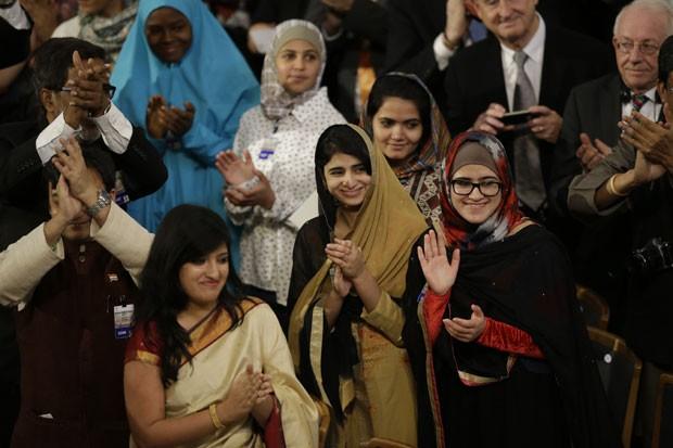 Amigas de Malala Yousafzai aplaudem a jovem paquistanesa durante cerimônia do Nobel da Paz nesta quarta-feira (10) (Foto: Matt Dunham/AP)