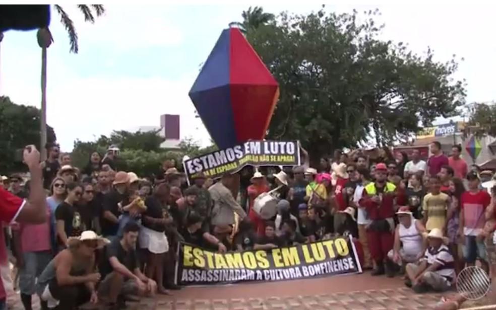 Protesto saiu pela ruas de Senhor do Bonfim em defesa da