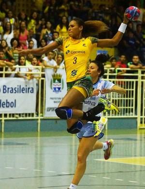 Alexandra Nascimento voa para vencer a goleira da Argentina (Foto: Divulgação/Photo&Grafia)