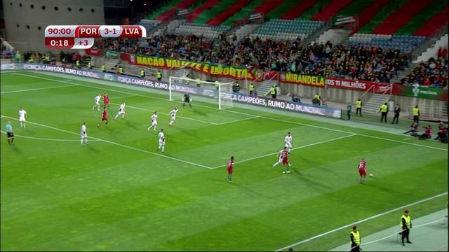 d498fe0a0cd61  p  Quaresma mais uma vez pela direita cruza na medida. Cristiano Ronaldo  cabeceia