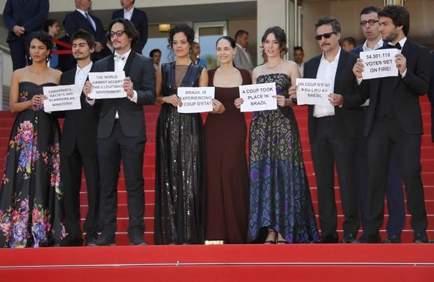 Diretor e atores de 'Aquarius' fazem no Festival de Cannes ato contra o impeachment (Foto:  REUTERS/Jean-Paul Pelissier)