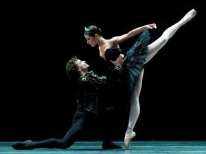 São Paulo Companhia de Dança apresenta Grand Pas de Deux de O Cisne Negro  (Foto: Rogério Alves)