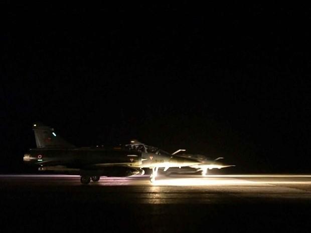 França bombardeia reduto do Estado Islâmico na Síria/GNews (Foto: Reprodução GloboNews)