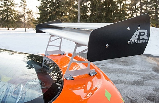 O esportivo japonês tem aerofólio APR (Foto: Reprodução)