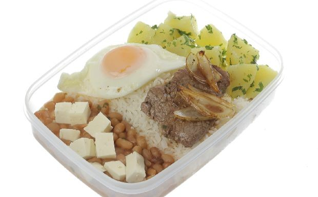 Cozinheiros em Ao - 3 temporada - Ep. 2 - Marmita - Fil mignon acebolado com ovo frito e feijo com queijo (Foto: Adalberto de Melo