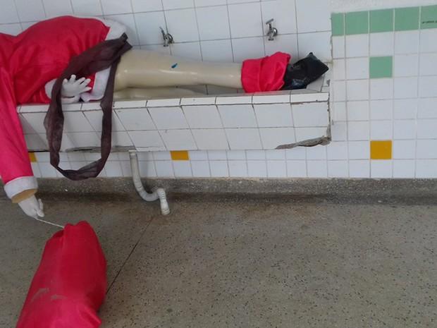 Decoração de papai noel foi parar em bebedouro (Foto: Ivan de Carvalho / Prefeitura de Bertioga)