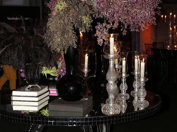 Castiçais, velas, livros e flores se misturam no mesmo ambiente! É muito glamour! (Foto: Ellen Soares / Gshow)