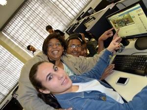 Professora mostra a página montada junto aos alunos em sala de aula em Piracicaba (Foto: Fernanda Zanetti/G1 Piracicaba)