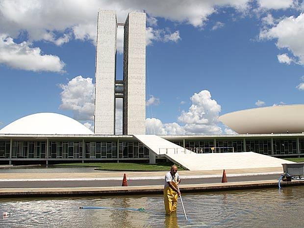 Com poucos turistas devido ao feriado de Natal, Claudino Barbosa de Souza aproveita para preparar local para posse da presidente Dilma Rousseff (Foto: Vianey Bentes/TV Globo)