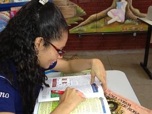 Michelly Maia, de 20 anos, tem deficiência física e dedica noites de estudo ao Enem, em Goiânia (Foto: Humberta Carvalho/G1)