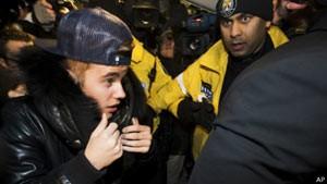 Justin Bieber se apresenta em delegacia em Toronto, no Canadá (Foto: AP)