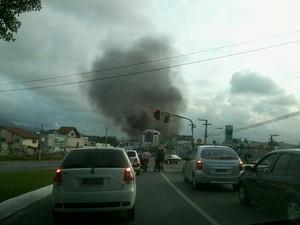 Até as 21h30, incêndio não tinha sido controlado (Foto: José Cau)