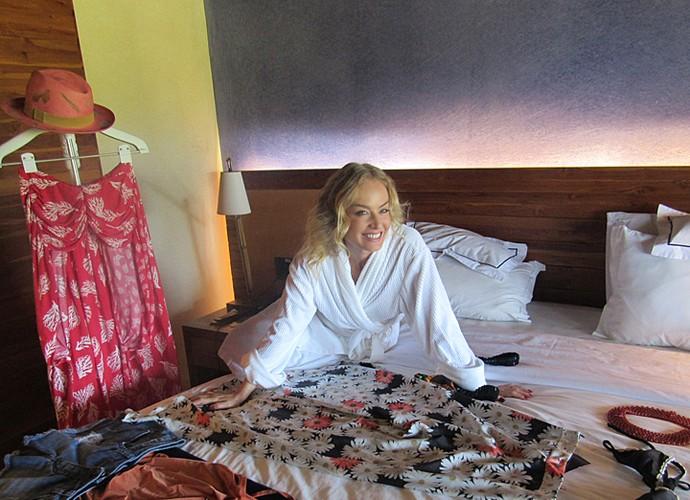 Angélica se diverte escolhendo roupas para gravação de Estrelas (Foto: Nathália Gomes / Gshow)