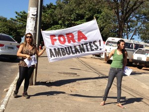 Feirantes são contra presença de ambulantes na Rua 44, em Goiânia, Goiás (Foto: Luísa Gomes/G1)