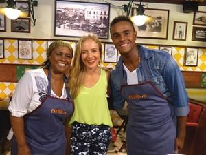 Jorge de Sá cozinha ao lado da mãe (Estrelas/TV Globo)