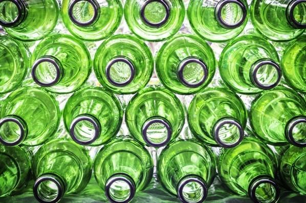 O vidro demora mais de cinco mil anos para se decompor no meio ambiente (Foto: Thinkstock)