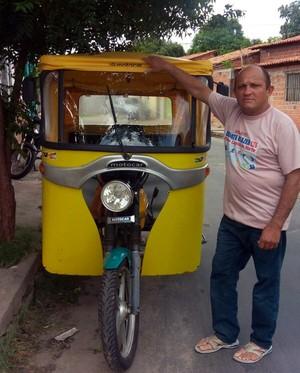 Ex-mototaxista Francisco dos Santos adaptou seu serviços em um tuk tuk (Foto: Gshow/Rede Clube)