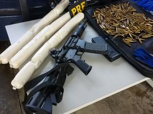 Jovem foi presa com fuzil, munições e explosivos em rodovia de SP (Foto: Divulgação/Polícia Rodoviária Federal)