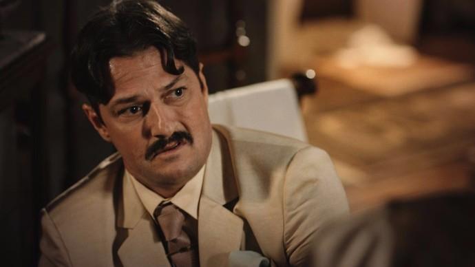 Carlos Eduardo pede que a esposa não revele a verdade a Miguel (Foto: TV Globo)