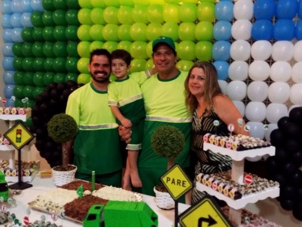 Família precisou improvisar para fazer festa temática de coletor de lixo em aniversário de quatro anos (Foto: Ronaldo Gomes/EPTV)
