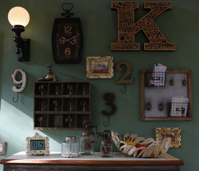 Na cozinha, uma luminária de parede combina com os diversos objetos de decoração  (Foto: Ellen Soares / Gshow)