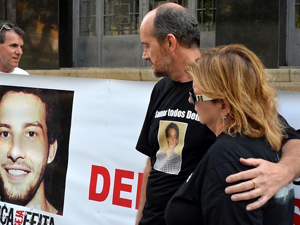 Pais de Denis Casagrande, durante audiência no Palácio da Justiça de Campinas (Foto: Fernando Pacífico / G1 Campinas)
