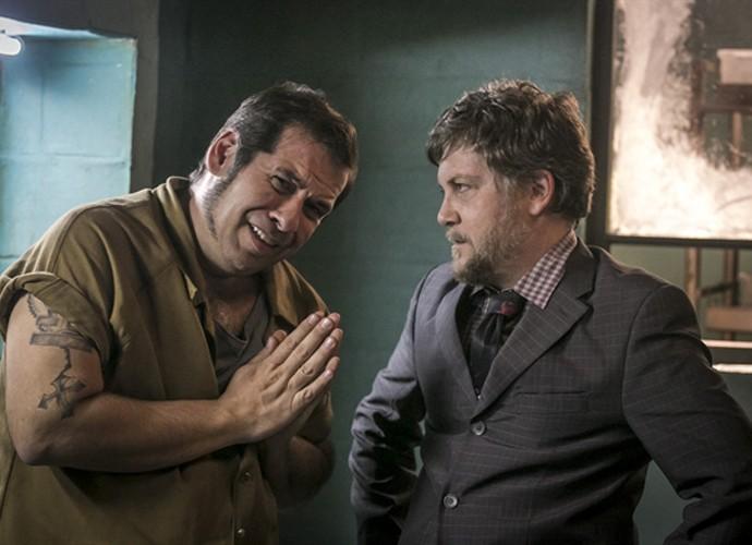 Tavares ajuda Genésio a sair da prisão (Foto: TV Globo / Paulo Belote)