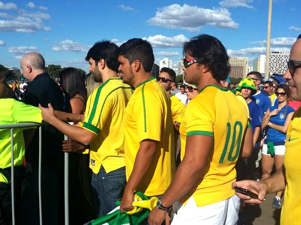 Torcedores fazem fila para acessar o estádio Mané Garrincha durante a estreia da seleção brasileira de futebol na Olimpíada (Foto: Pedro Borges/G1)
