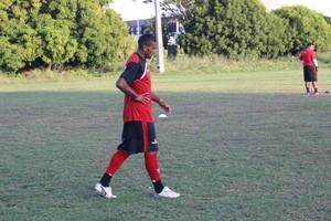 Jarbas lamenta oportunidade perdida durante treino (Foto: Emanuele Madeira/GLOBOESPORTE.COM)
