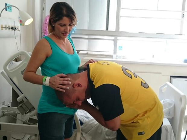 Grávida de quíntuplos e marido em hospital de São Paulo (Foto: Andrea Pires/Divulgação)