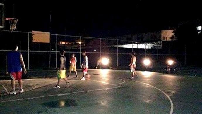 Jogadores usaram faróis de motos para jogar basquete em quadra sem iluminação no Acre (Foto: Jairo Silva/Arquivo pessoal)