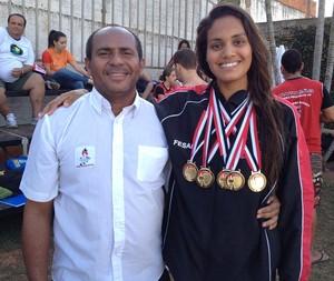 Ao lado do treinador Pepe, Sarah Corrêa, atleta que obteve o maior número de medalhas para a natação de Prudente (Foto: João Paulo Tilio / Globoesporte.com)