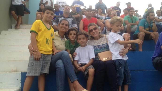 Ilza acompanha filho e família de amiga no jogo entre Palmas e Tocantins pela 14° rodada (Foto: Camila Rodrigues/GloboEsporte.com)