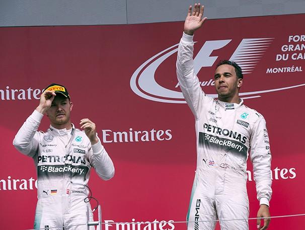 Os pilotos da Mercedes, Rosberg e Hamilton, lideram o campeonato (Foto: AP/reprodução Globoesporte.com)