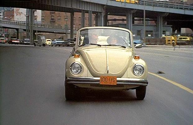 Em Noivo neurótico, noiva nervosa, o Volkswagen 1303 conversível é destaque (Foto: Divulgação)