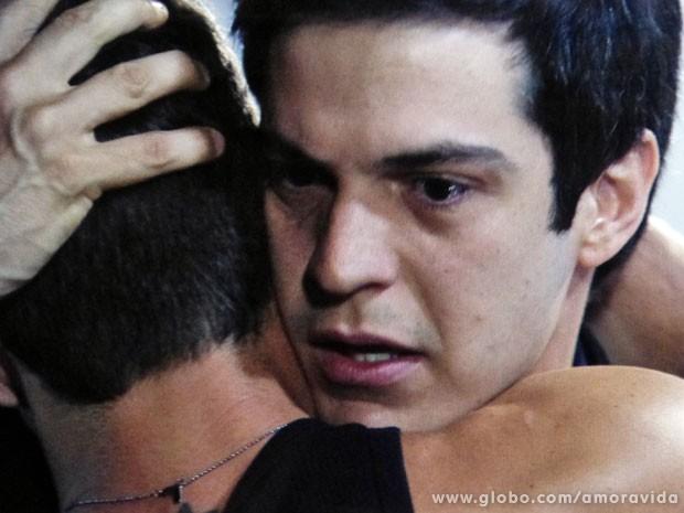 Félix se emociona ao se despedir de Anjinho (Foto: Amor à Vida/TV Globo)
