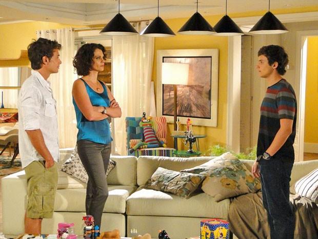 Samuel pede a Lygia para viajar com Empreguetes (Foto: Cheias de Charme / TV Globo)