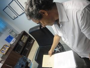 George Mendes com os originais da obra de seu primo Torquato Neto (Foto: UPJ Produções)