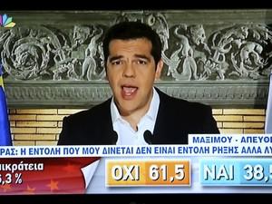 Gregos assistem pronunciamento do primeiro-ministro grego, Alexis Tsipras, após vitória do não (Foto: Reuters)