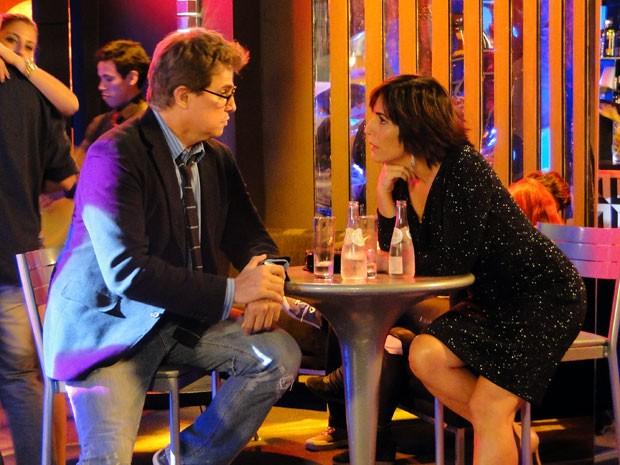 Roberta tenta animar Felipe (Foto: Guerra dos Sexos / TV Globo)