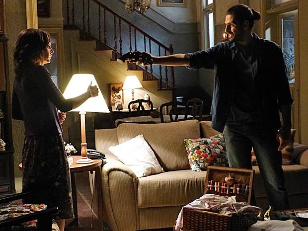 Jairo diz que só entrega arma e diamante após Cora ir para a cama com ele (Foto: Gshow)