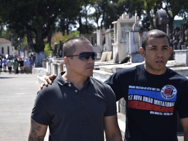 Lutador José Aldo (à direita), campeão do UFC, foi ao enterro (Foto: Márcio Moraes / Agência O Dia / Estadão Conteúdo)