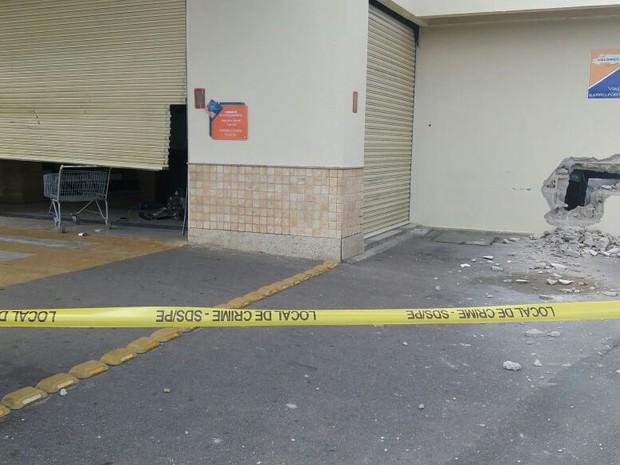 Criminosos explodem caixas em shopping no Cabo de Santo Agostinho (Foto: Marlon Costa/Pernambuco Press)