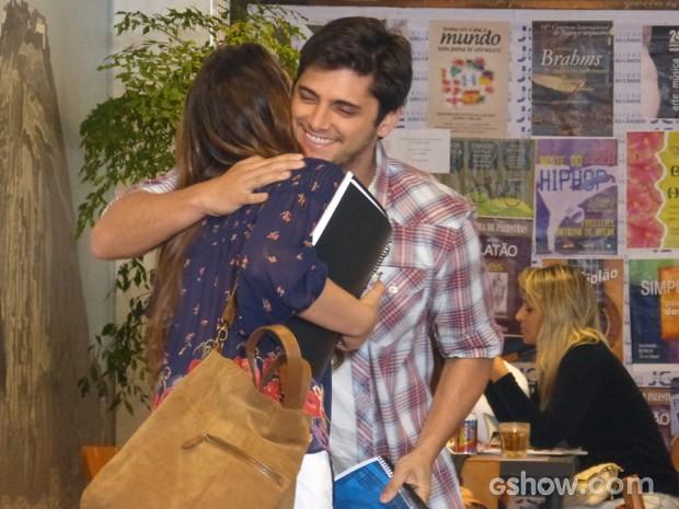 André não perde a oportunidade de ficar perto da ex (Foto: Em Família / TV Globo)