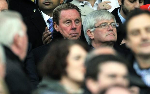 Harry Redknapp, novo técnico do QPR, na torcida no jogo contra o Manchester United (Foto: AFP)