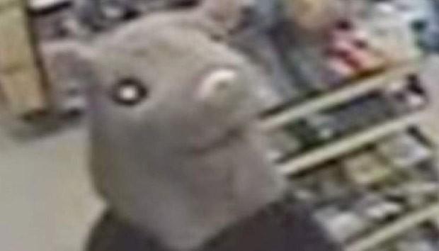 ladrão usou máscara de rato para roubar loja de conveniência no Canadá (Foto: Barrie Police Service)